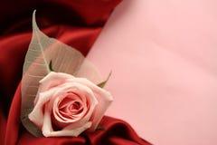 Tarjeta de la tarjeta del día de San Valentín - rojo y color de rosa Fotos de archivo