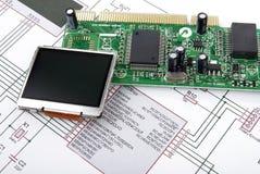Tarjeta de la visualización y de circuitos con el diagrama esquemático Foto de archivo libre de regalías