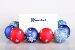 Tarjeta de las bolas y de felicitaciones de la Navidad Fotografía de archivo