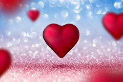Tarjeta de las tarjetas del día de San Valentín - dos corazones brillantes Fotos de archivo
