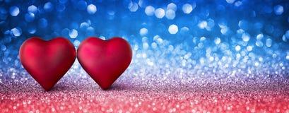 Tarjeta de las tarjetas del día de San Valentín - dos corazones brillantes Foto de archivo
