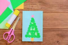 Tarjeta de las vacaciones de invierno Tarjeta de felicitación de la Feliz Navidad, sistema del papel coloreado, tijeras, palillo  Imágenes de archivo libres de regalías
