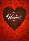 Tarjeta de letras feliz de día de las tarjetas del día de San Valentín Forma de madera oscura del corazón en Rose Flowers Backgro Imagen de archivo libre de regalías