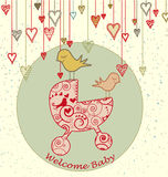 Tarjeta de llegada del bebé con los pájaros y el cochecito Foto de archivo