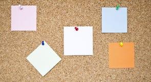 Tarjeta de madera con las notas del recordatorio Foto de archivo