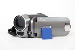 Tarjeta de memoria del Sd con la cámara de vídeo digital imagen de archivo