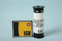 Tarjeta de memoria Flash contra la película Imágenes de archivo libres de regalías