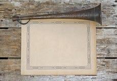 Tarjeta de mensaje del espacio en blanco del viejo estilo en la madera con el claxon Imagen de archivo libre de regalías