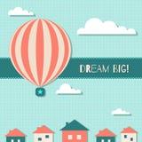 Tarjeta de motivación grande ideal con el globo del aire caliente, las nubes, el cielo azul y las casas Foto de archivo libre de regalías