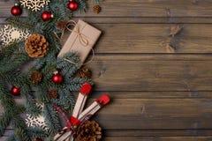 Tarjeta de Navidad Árbol del abeto y de los conos y caja de regalo de Kraft Fotografía de archivo