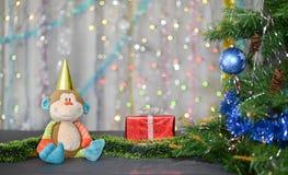 Tarjeta de Navidad Año de mono Mono del juguete y regalo rojo Foto de archivo libre de regalías
