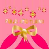 Tarjeta de Navidad adornada con las bolas coloreadas y el arco de oro de la Feliz Año Nuevo, con el fondo rosado en lengua españo stock de ilustración