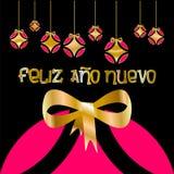 Tarjeta de Navidad adornada con las bolas coloreadas y el ` de oro de la Feliz Año Nuevo del arco y del ` escritos en lengua espa ilustración del vector