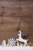 Tarjeta de Navidad blanca y de oro vertical con el espacio de la copia, nieve Imágenes de archivo libres de regalías