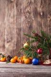 Tarjeta de Navidad Composición del Año Nuevo con el mandarín en fondo de madera Fotografía de archivo