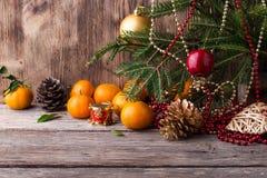 Tarjeta de Navidad Composición del Año Nuevo con el mandarín en fondo de madera Fotos de archivo