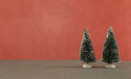 Tarjeta de Navidad con dos árboles verdes en fondo rojo Fotografía de archivo libre de regalías
