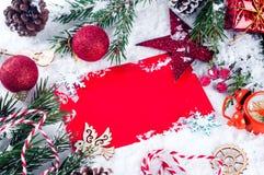 Tarjeta de Navidad con el árbol de abeto adornado en nieve Foto de archivo libre de regalías