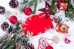 Tarjeta de Navidad con el árbol de abeto adornado en nieve Foto de archivo