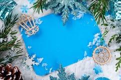 Tarjeta de Navidad con el árbol de abeto adornado en nieve Imagen de archivo libre de regalías