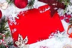 Tarjeta de Navidad con el árbol de abeto adornado en nieve Imagen de archivo