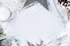 Tarjeta de Navidad con el árbol de abeto adornado en nieve Imágenes de archivo libres de regalías