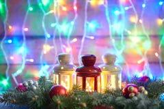 Tarjeta de Navidad con el árbol de abeto y decoración en la parte posterior del bokeh de las luces Fotografía de archivo libre de regalías