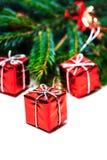 Tarjeta de Navidad con el árbol de abeto y las cajas de regalo rojas Imagen de archivo