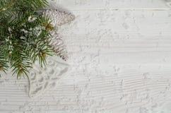 Tarjeta de Navidad con el árbol de abeto y los pinecones Fotografía de archivo