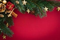 Tarjeta de Navidad con el árbol de las chucherías, del regalo y de abeto Foto de archivo libre de regalías