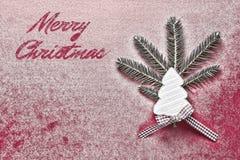 Tarjeta de Navidad con el árbol de navidad de madera blanco en el fondo rojo Nevado Decoración de la Navidad Imágenes de archivo libres de regalías