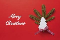 Tarjeta de Navidad con el árbol de navidad de madera blanco en fondo rojo Decoración de la Navidad Imagen de archivo