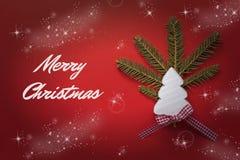 Tarjeta de Navidad con el árbol de navidad de madera blanco en fondo rojo Decoración de la Navidad Fotografía de archivo