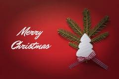 Tarjeta de Navidad con el árbol de navidad de madera blanco en fondo rojo Decoración de la Navidad Fotos de archivo libres de regalías