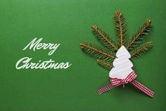 Tarjeta de Navidad con el árbol de navidad de madera blanco en fondo verde Decoración de la Navidad Imagenes de archivo