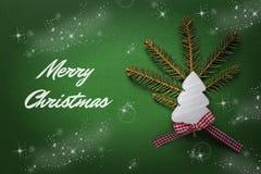 Tarjeta de Navidad con el árbol de navidad de madera blanco en fondo verde Decoración de la Navidad Foto de archivo libre de regalías