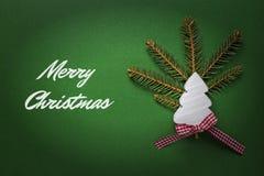 Tarjeta de Navidad con el árbol de navidad de madera blanco en fondo verde Decoración de la Navidad Imagen de archivo