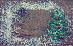 Tarjeta de Navidad con el árbol de navidad y los copos de nieve Imágenes de archivo libres de regalías