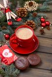 Tarjeta de Navidad con el árbol del abeto y de los conos con café y la galleta Imagenes de archivo
