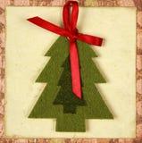 Tarjeta de Navidad con el árbol y la cinta roja Imagenes de archivo
