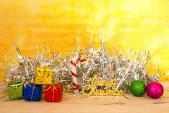 Tarjeta de Navidad con el abeto y decoración en fondo del oro Fotos de archivo libres de regalías