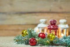 Tarjeta de Navidad con el abeto y decoración en nieve Imagenes de archivo