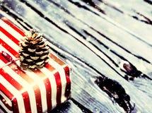Tarjeta de Navidad con el actual cierre de la caja encima de la macro Imágenes de archivo libres de regalías