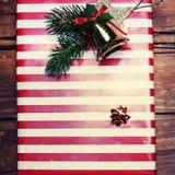 Tarjeta de Navidad con el actual cierre de la caja encima de la macro Imagenes de archivo