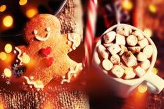 Tarjeta de Navidad con el chocolate caliente con la melcocha, pan de jengibre Imagen de archivo