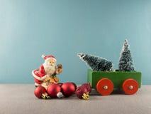 Tarjeta de Navidad con el coche y árboles con Papá Noel Foto de archivo