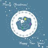 Tarjeta de Navidad con el conejito que intenta poner la estrella en el árbol de navidad Celebrtion de la Feliz Año Nuevo Huellas  Fotografía de archivo libre de regalías