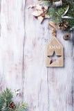 Tarjeta de Navidad con el copyspace en el fondo de madera blanco Foto de archivo