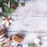 Tarjeta de Navidad con el copyspace en el fondo de madera blanco Imagenes de archivo