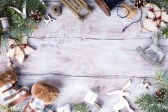 Tarjeta de Navidad con el copyspace en el fondo de madera blanco Imagen de archivo libre de regalías